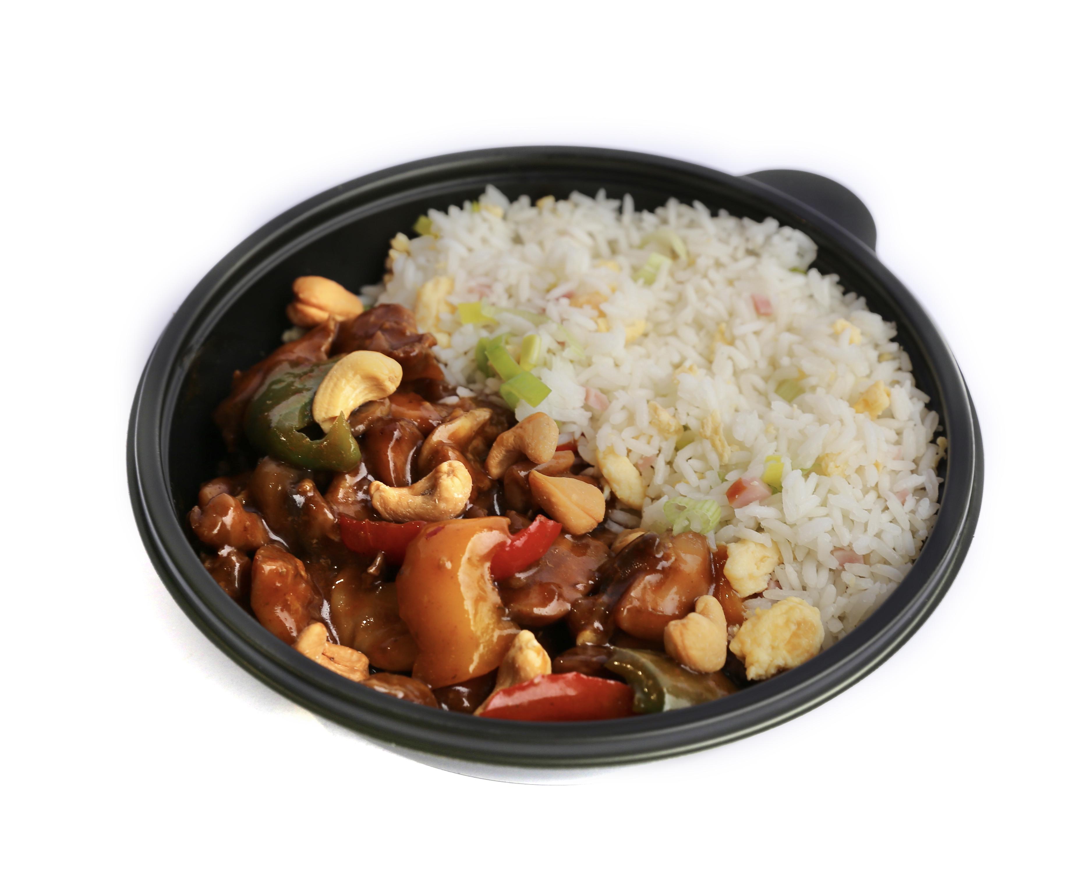 Maaltijd kip met groenten, cashewnoten en nasi